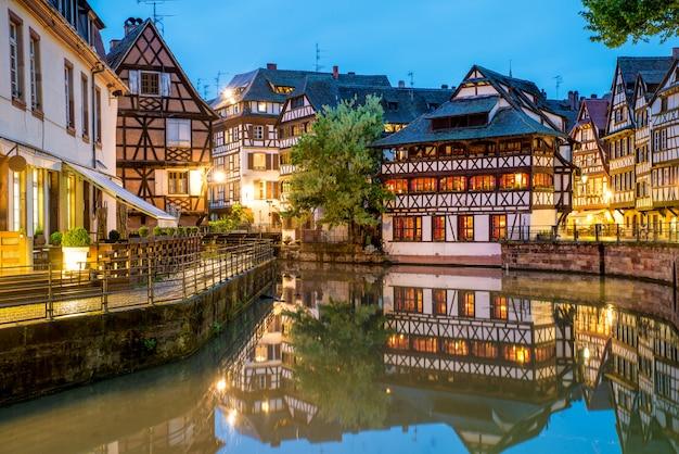 Urocze cembrujący domy mały francja w strasburg, francja.