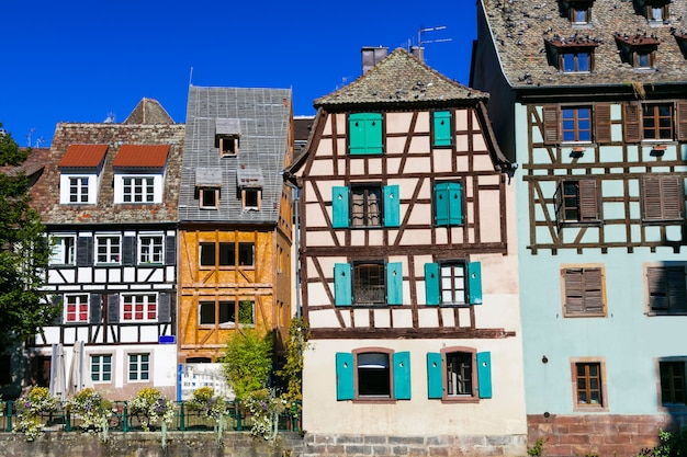 Urocze domy z muru pruskiego na starym mieście w strasburgu. francja