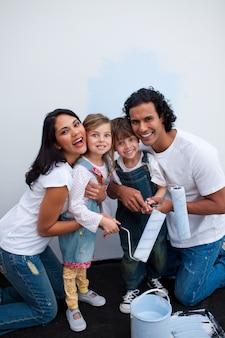 Urocze dzieci malują pokój z rodzicami