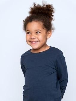 Urocze dziecko afroamerykanów w szarej koszulce z przyjemnym uśmiechem