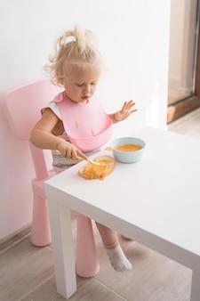 Urocze dziecko bawi się jedzeniem