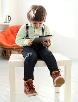 Urocze dziecko grając ze smartfonem