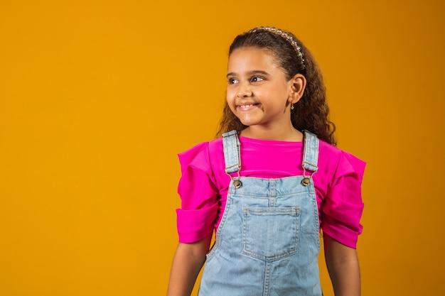 Urocze dziecko ze szczęśliwymi falującymi włosami