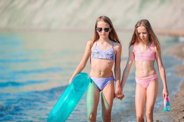 Urocze dziewczynki bawiące się na plaży