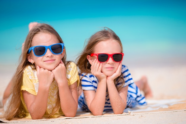 Urocze dziewczynki podczas letnich wakacji