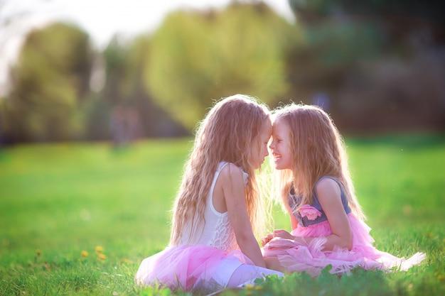 Urocze dziewczynki w dzień wiosny na zewnątrz