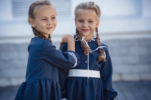 Urocze dziewczynki w sukience retro spaceru po mieście w słoneczny letni dzień.
