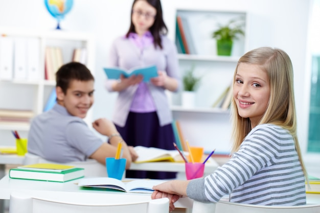 Urocze dziewczyny siedzi w klasie