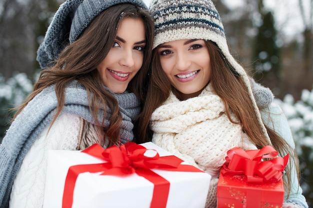 Urocze dziewczyny z prezentami świątecznymi