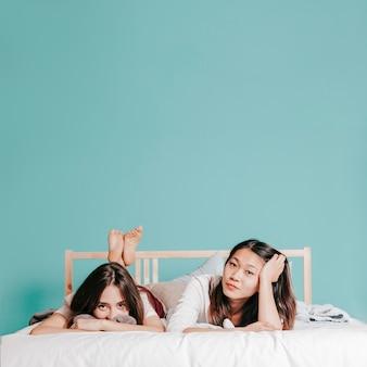 Urocze kobiety leżące na łóżku