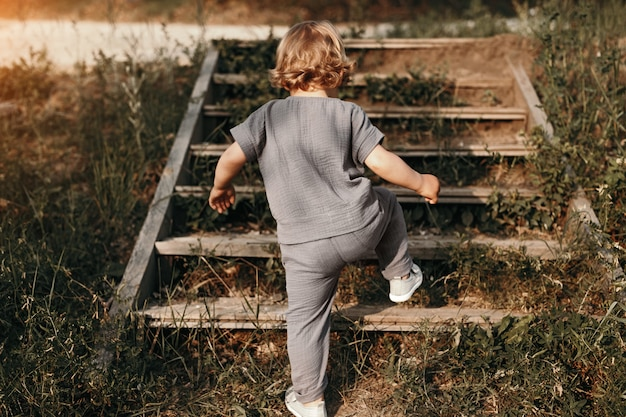 Urocze kręcone wspinanie się po drewnianych schodach
