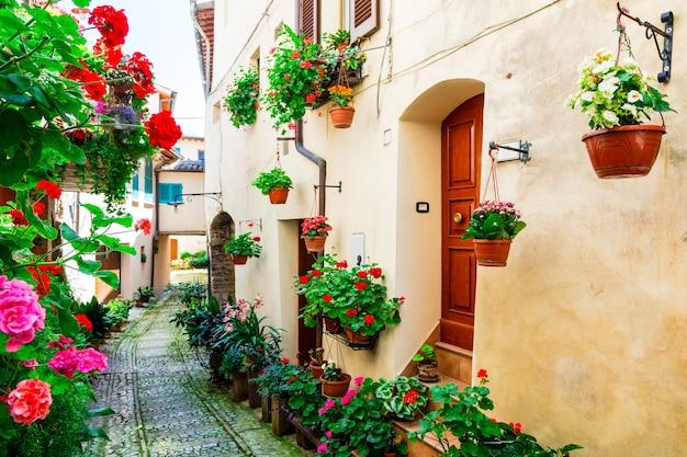 Urocze, kwieciste uliczki średniowiecznej wioski spello w umbrii