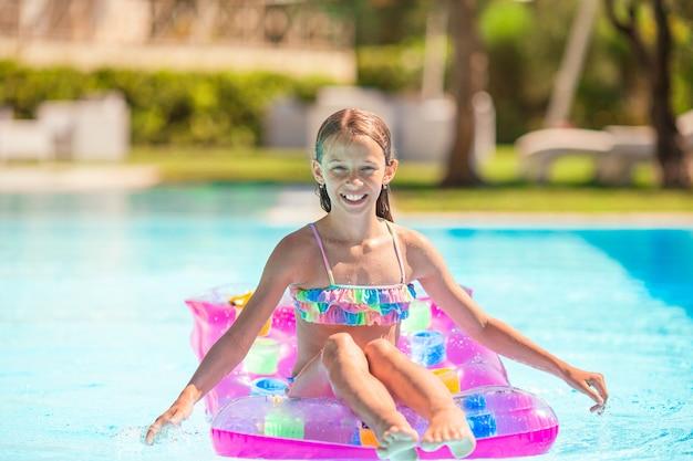 Urocze małe dziecko bawić się w odkrytym basenie