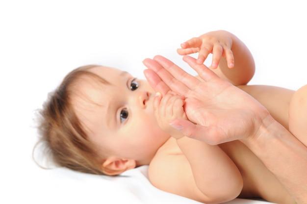 Urocze małe dziecko trzyma palmę z rękami.