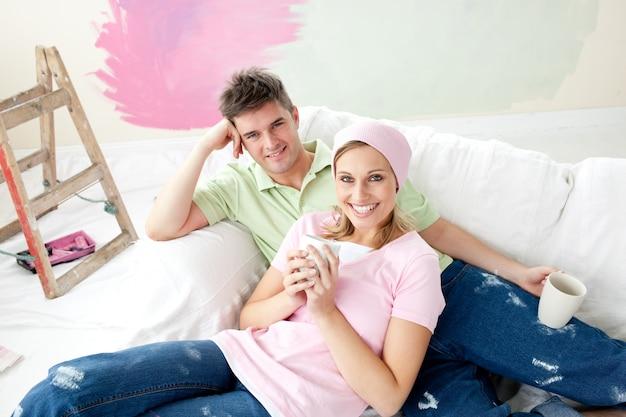 Urocze małżeństwo posiadające wolny czas razem
