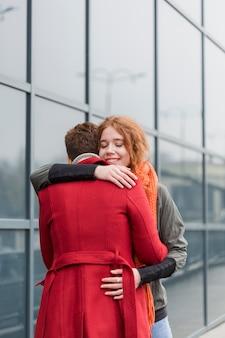 Urocze młode kobiety przytulające się