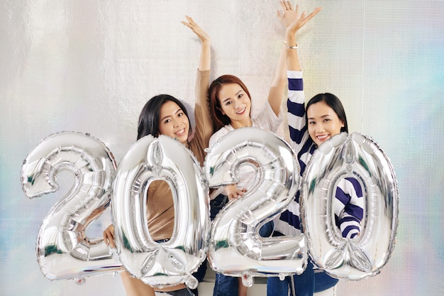 Urocze młode kobiety świętują nowy rok 2020