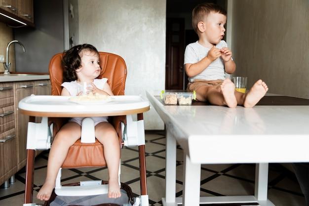 Urocze młode rodzeństwo odwracające wzrok