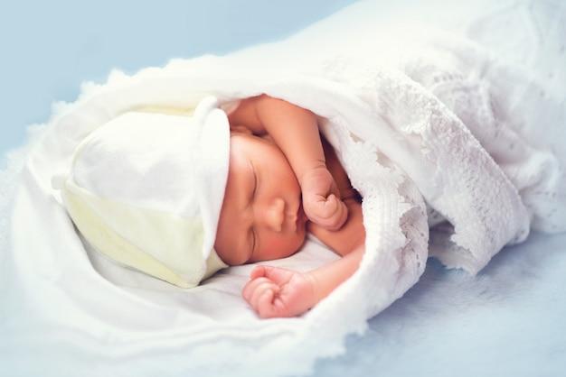 Urocze noworodek śpi na półce w kredensie