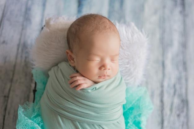 Urocze noworodek śpi w przytulnym pokoju.
