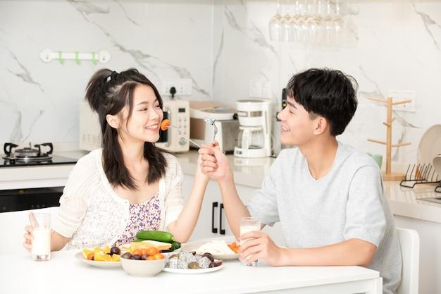 Urocze pary jedzą owoce w domu