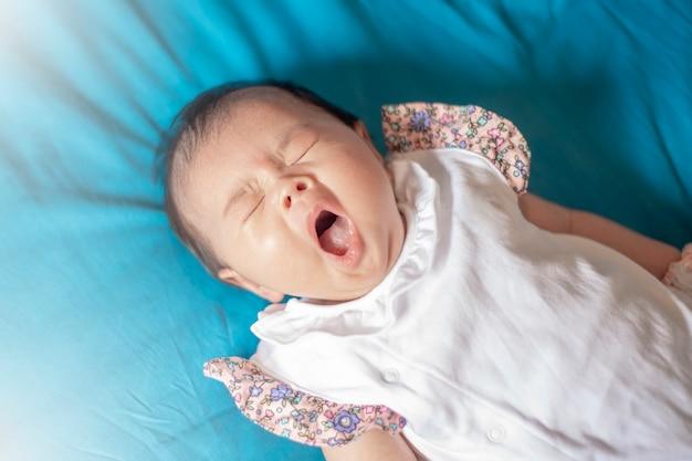 Uroczego dziecka nowonarodzona dziewczyna w sypialni