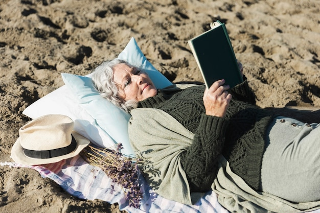 Uroczej kobiety czytelnicza książka outdoors