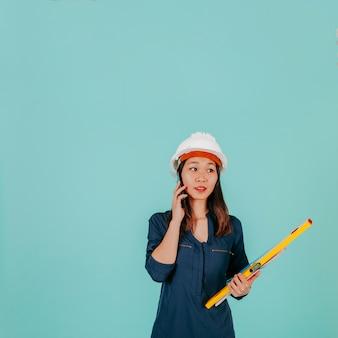 Uroczy azjatycki inżynier mówi na telefonie