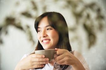 Uroczy Azjatycki młodej damy portriat - szczęśliwy kobieta stylu życia pojęcie