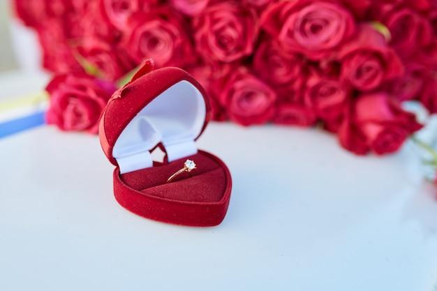 Uroczy bukiet róż i pierścionek z brylantem na skrzydle samolotu.