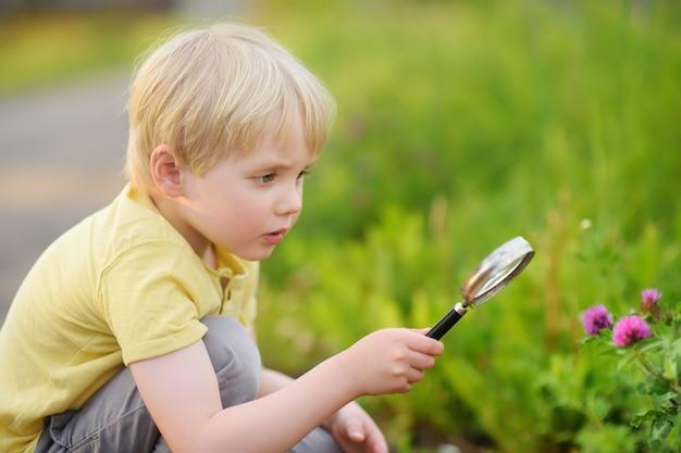 Uroczy dzieciak odkrywania przyrody z lupą