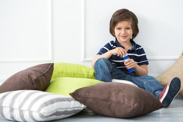 Uroczy dzieciak robi bąblom