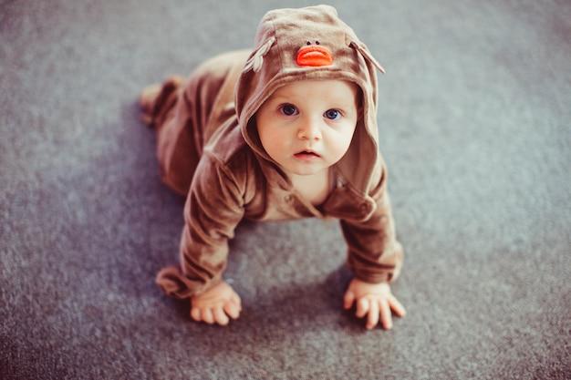 Uroczy i bardzo ładny dziecko ubrany na jelenie