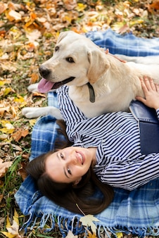 Uroczy labrador bawić się z kobietą