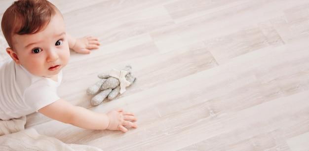 Uroczy mały chłopczyk 6 miesięcy patrząc na baner