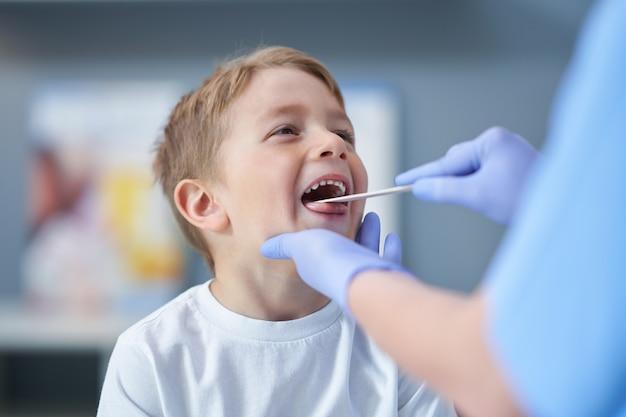 Uroczy mały chłopiec mający wizytę u lekarza