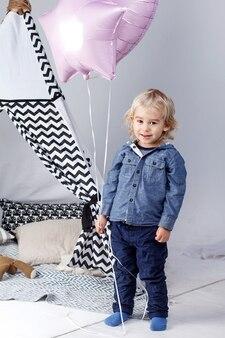Uroczy mały chłopiec z balonami