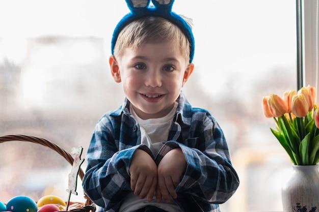 Uroczy mały chłopiec z uszami królika