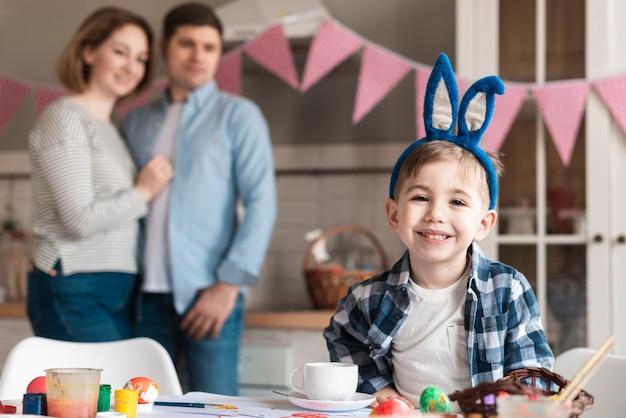 Uroczy mały chłopiec z uszy królika uśmiechnięty