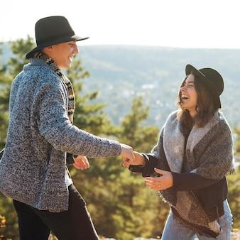 Uroczy mężczyzna i kobieta uśmiechając się razem