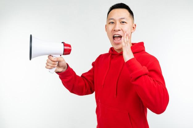 Uroczy mężczyzna z megafonem w rękach krzyczy o rabatach na zakupy na białym tle