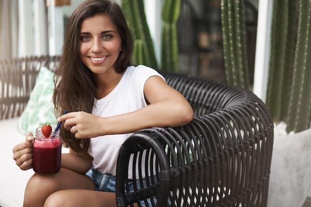 Uroczy młoda kobieta europejska rozmawia, zabawy, ciesząc się słonecznie