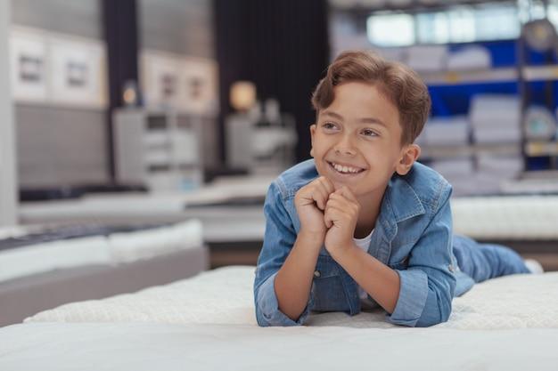 Uroczy młody chłopak w sklepie z meblami