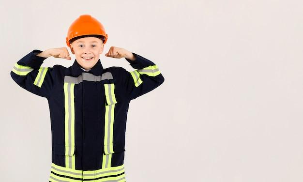 Uroczy młody strażaka pozować