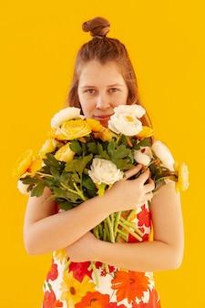 Uroczy model trzyma kwiaty widok z przodu