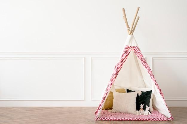 Uroczy namiot tipi w pokoju zabaw dla dzieci