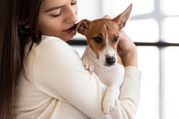 Uroczy pies trzymany przez kobietę