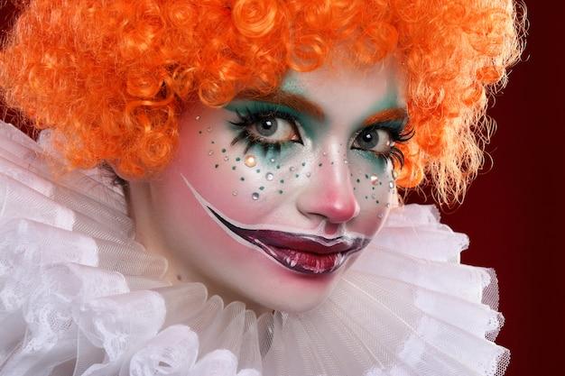 Uroczy rudowłosy klaun.