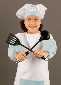 Uroczy szef kuchni trzyma naczynia do gotowania