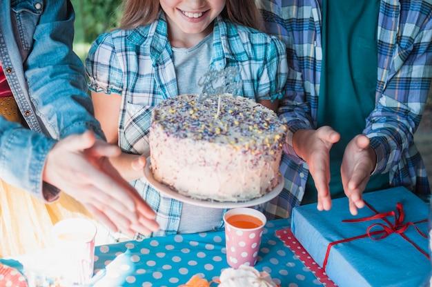 Uroczy urodzinowy pojęcie z szczęśliwą dziewczyną
